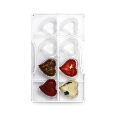 Cuori di cioccolato realizzati con stampo decora